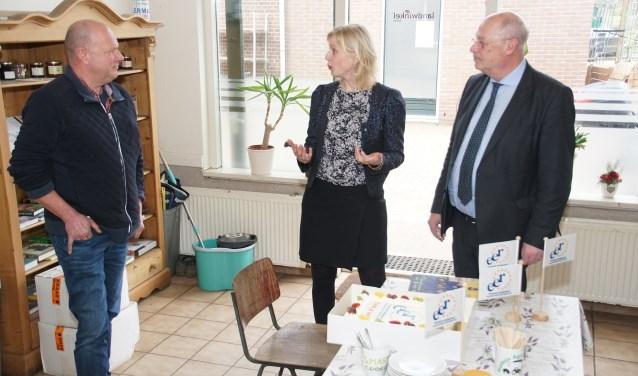 Martin Veldhuizen en Marleen van Boheemen spraken Gert Smits (links) toe. Foto: Frank Vinkenvleugel