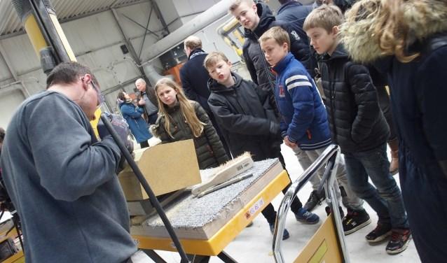 Kinderen kregen bij Slotboom uitleg. Foto: Kristel Wolterink