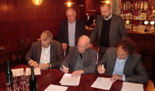 Op de foto v.l.n.r. staand: Jan Willem Garretsen (voorzitter IG&D) en Arthur Jansen (Penningmeester IBOIJ), Zittend wethouder Van de Wardt, Wout Buizert (SPBA secretaris) en Marcel Ernst (voorzitter SPBA. Foto: Walter Hobelman