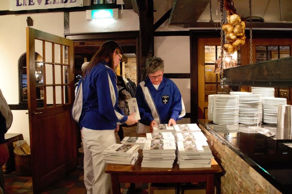 Alle gasten ontvangen een exemplaar van het jubileumboek. Foto: Annekée Cuppers  © Achterhoek Nieuws b.v.