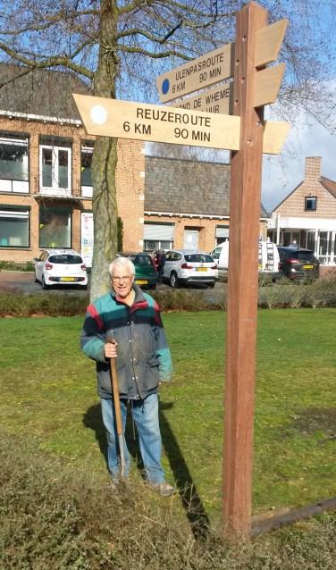 Gerard, voorzitter Stichting Wandelpaden, bij de vernieuwde routepaal. Foto:Theo Koele