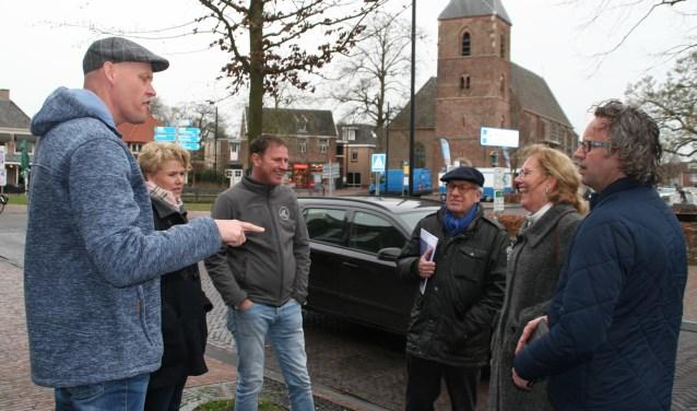 Een delegatie van Vitale Kern en VOV heeft samen met twee ambtenaren van de gemeente een rondgang gemaakt door het dorp om verkeersknelpunten en verbeterpunten in kaart te brengen. Foto: PR