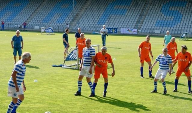 Walking Football vorig jaar bij De Graafschap tegen het Nederlands team met o.a Sjaak Swart, Dick Schoenaker, Ernie Brands en Bennie Wijnstekers. Foto: PR