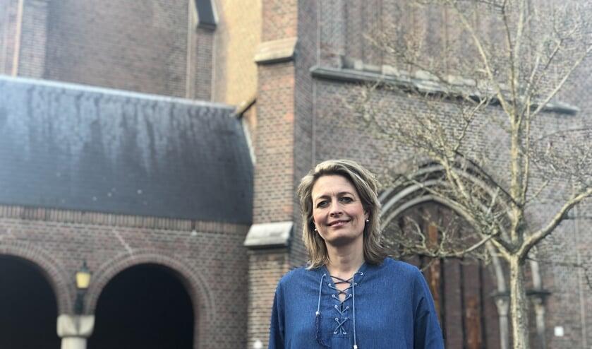 Oud-wethouder Ilse Saris voor de Jacobuskerk in Winterswijk. Foto: PR Eendracht