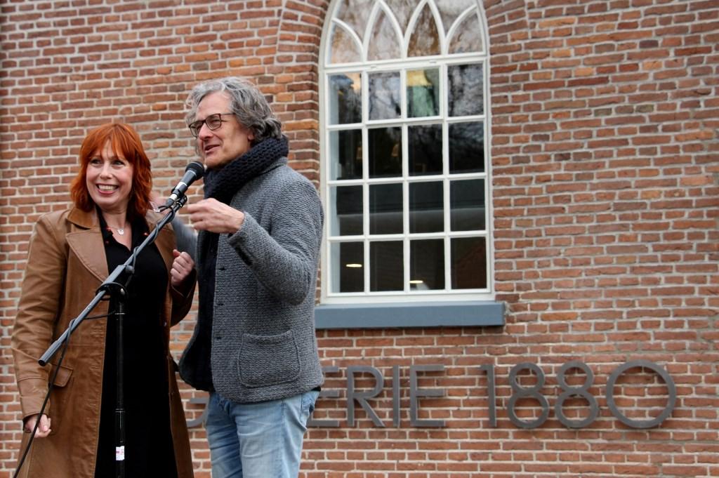 Sabine Kars en Mas Papo, stadsdichters van Zutphen. Foto: Liesbeth Spaansen  © Achterhoek Nieuws b.v.
