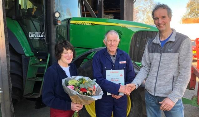 Voorzitter Luc Ratering feliciteert Leo ten Have en zijn vrouw Agnes met het gouden jubileum. Foto: eigen foto
