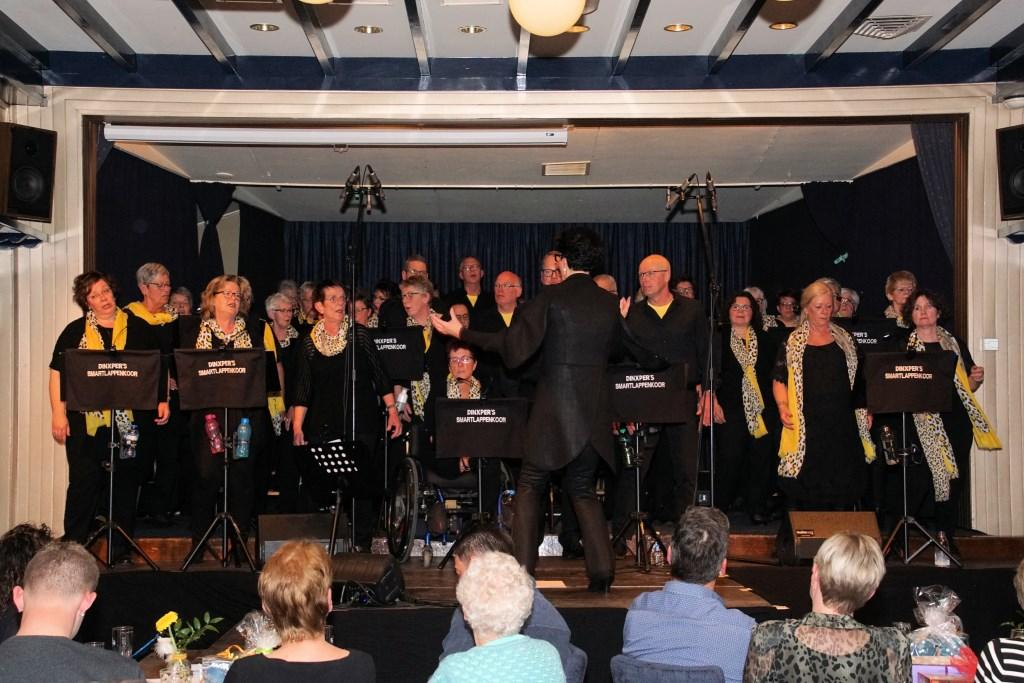 Het Dinxpers Smartlappenkoor zingt enthousiast. Foto: Frank Vinkenvleugel  © Achterhoek Nieuws b.v.