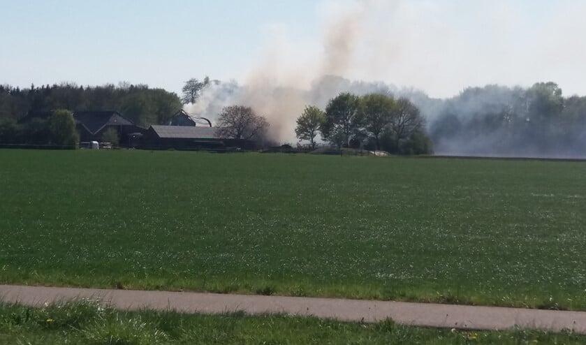 De schuurbrand aan de Brand in schuur aanTulenstraat in Breedenbroek werd rond 15.00 uur opgemerkt. Foto: Gelderse Post