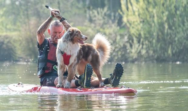 Dog survival bij Markant in Braamt; hond en baas in balans op een surf board. Foto: Burry van den Brink