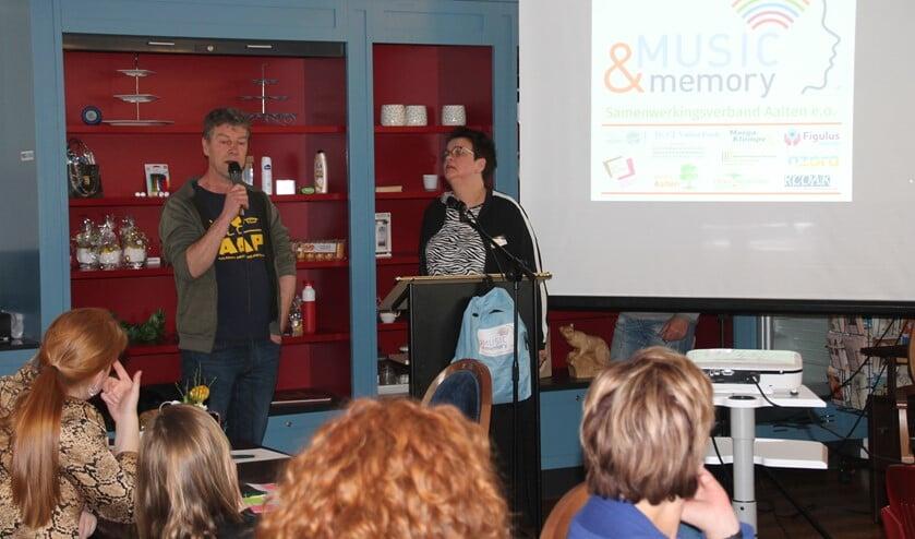 Richard Jongetjes vertelt over zijn reden om Music & Memory te initiëren; rechts Joke Meinen van SZMK. Foto: Lydia ter Welle