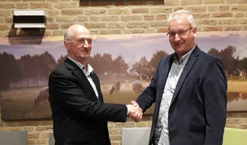 Jos Baak (links) geeft zijn opvolger Wilfried Groot Zevert een handdruk en wenst hem succes. Foto: PR