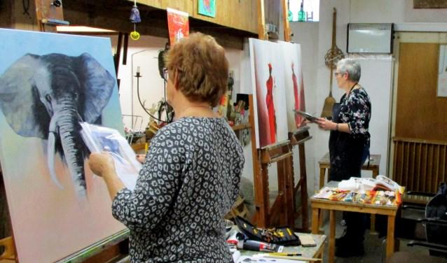 Cursisten aan het werk in het atelier van Latente Talenten in Halle. Foto: Vera van Loon