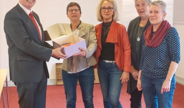Uitreiking van de rode taart aan de frontoffice medewerkers van de vrijwilligerscentrale in Zutphen. Foto: PR