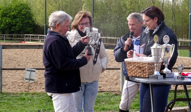 Jacques en Carla Kempers in het zonnetje gezet voor 40 jaar oefenterrein. Foto: PR
