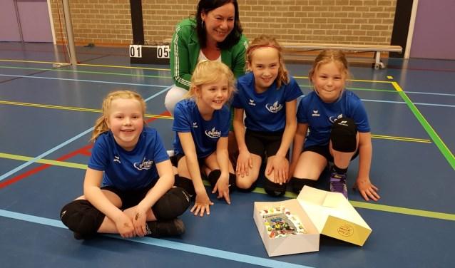 De mini's met hun trainster en natuurlijk de kampioenstaart. Foto: PR