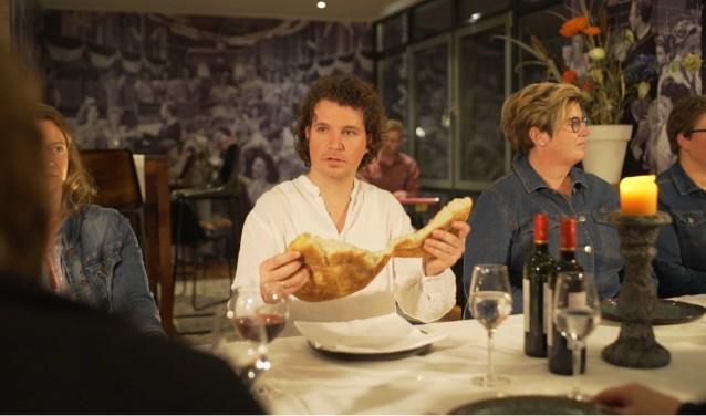 Hans Roerdinkholder breekt als Jezus het brood. Foto: PR