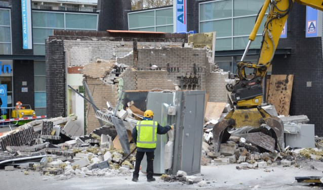 Er is begonnen met het opruimen van de enorme ravage. Foto: Gino Press