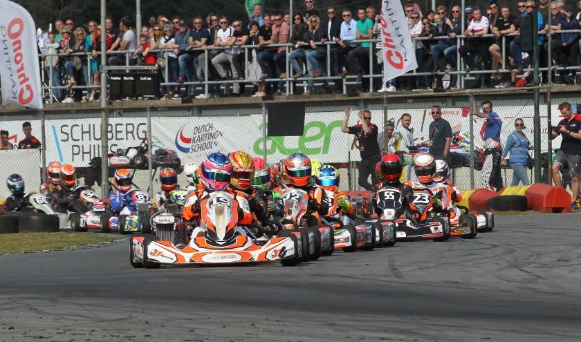 Luna Bloem aan kop met nummer 19 karting allemaal jagende jongens achter haar. Foto: Gijs Kaligis/RaceXpress.nl