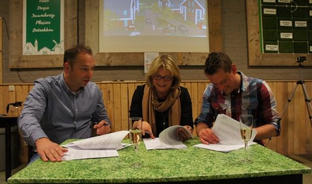 Voor 1 euro is De Zomp van Loil. Wethouder Ruth Mijnen, Sander Bosman en Harm Peters tekenen voor de overname. Foto: Susan Wiendels
