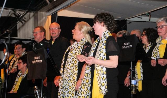 Het Dinxpers Smartlappenkoor zingt enthousiast. Foto: Frank Vinkenvleugel