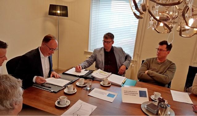 Notaris Kleinburink tekende met een aantal partijen voor de herverkaveling, andere partijen liet die dag met een volmacht de akte passeren. Foto: Marloes van den Berg Beernink
