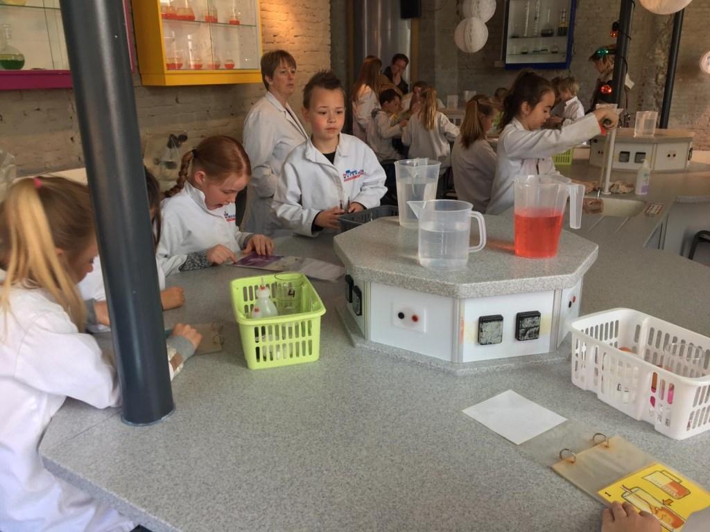 Allerlei proeven uitvoeren, in echte laboratoriumjassen. Foto: PR  © Achterhoek Nieuws b.v.