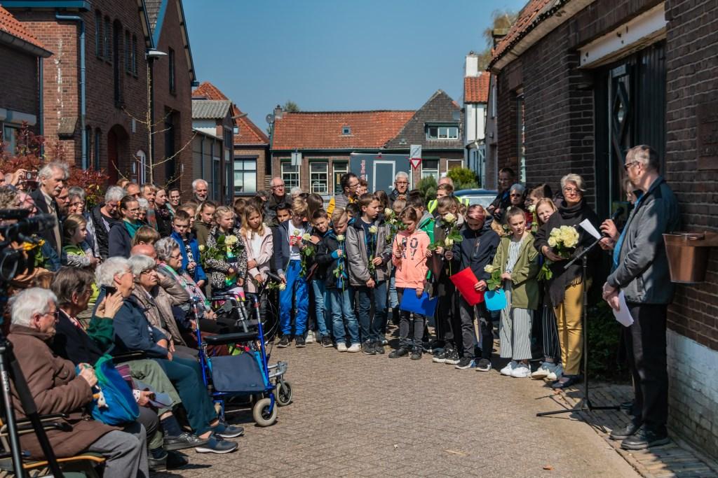 Zo'n 75 mensen kwamen samen met kinderen van de Theo Thijssenschool, naar de smalle Kruisstraat nummer 7. Foto: Henk Derksen  © Achterhoek Nieuws b.v.