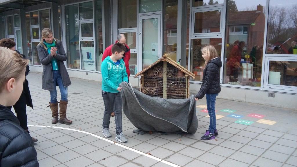 Insectenhotel wordt onthuld bij o.b.s. Rozengaardsweide. Foto: Dinie Ruesink  © Achterhoek Nieuws b.v.