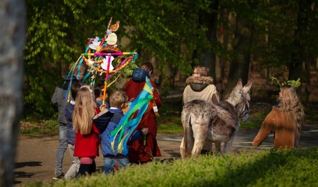 De kinderen trekken met de ezel voorop naar de Willibrorduskerk in Vierakker. Foto: PR.