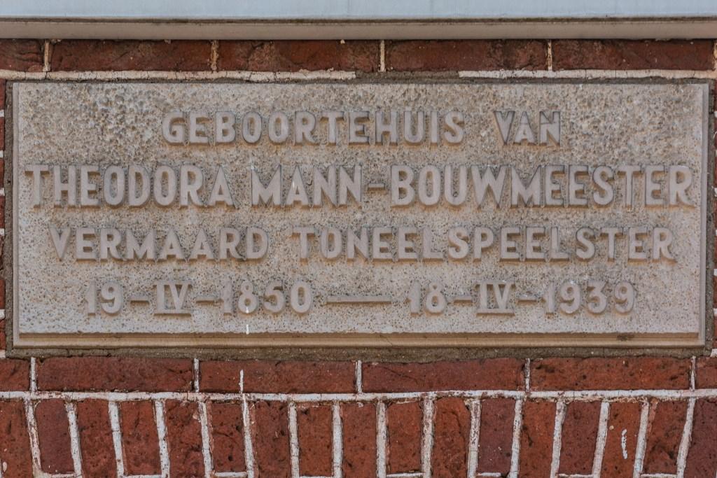 Het 'oude' gedenkteken aan de gevel van huisnummer 34. Foto: Henk Derksen  © Achterhoek Nieuws b.v.