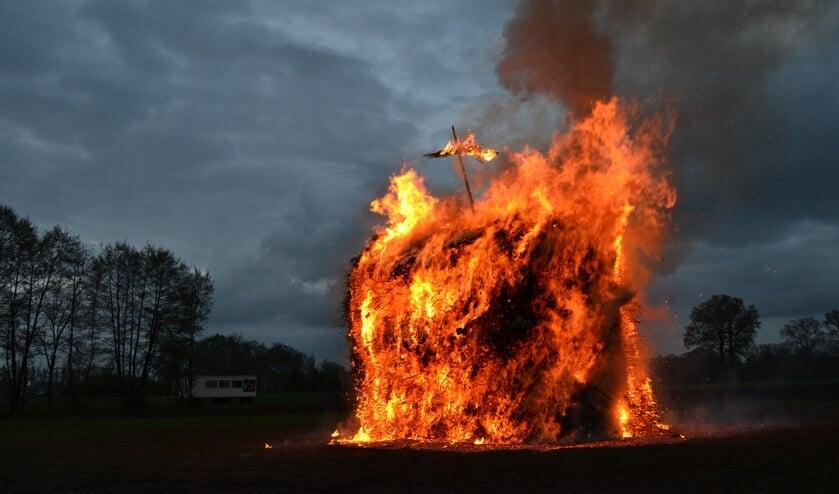 Paasvuur met brandend kruis in 2017. Foto: Karin Stronks