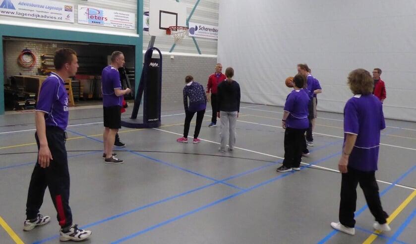 De deelnemers van de Sport- en Spelinstuif zoeken begeleiders. Foto: PR