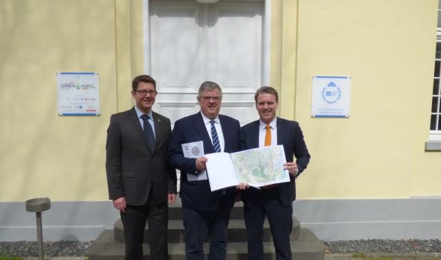 Plaatsvervangend Euregio-secretaris Andreas Kochs, burgemeester Hubert Bruls van Nijmegen en Christoph Fleischhauer van Moers presenteren het Euregionale mobiliteitsplan. Foto: PR