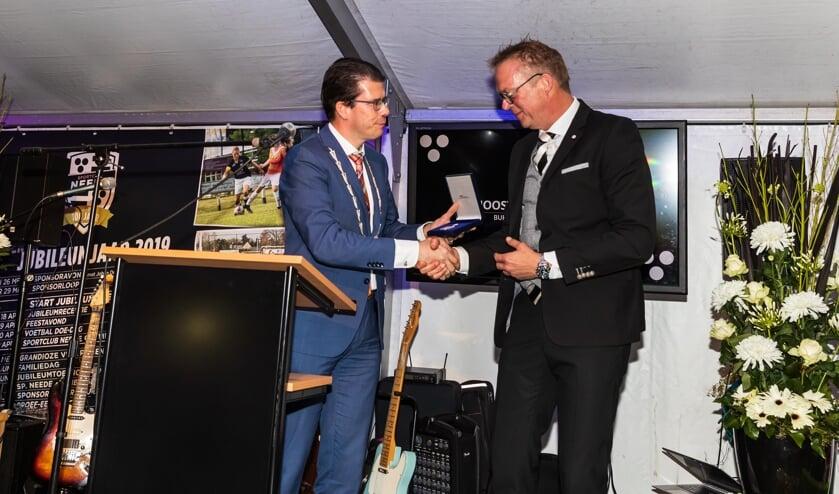 Burgemeester Van Oostrum reikt de Koninklijke Erepenning uit aan voorzitter Marc Dieperink.   Foto: Marcel ter Bals, Orangepictures