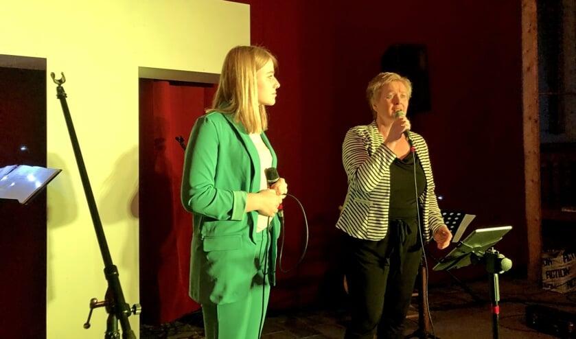 Marise en Anja den Bakker zingen in The Passion Steenderen. Foto: PR