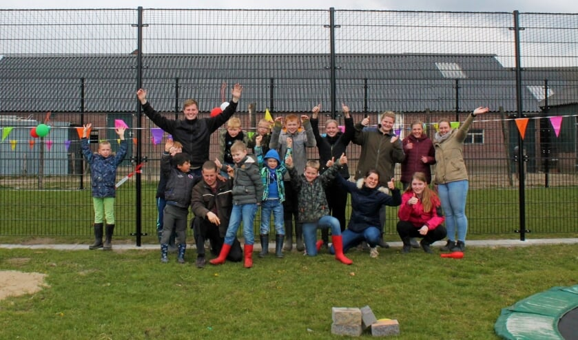 Blije gezichten bij de feestelijke opening van het nieuwe voetbalcourt. Foto: Zorgboerderij De Mettemaat
