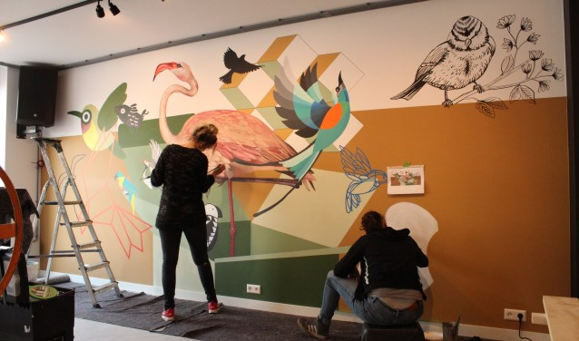 Natasja Scharenborg en Kim Froeling leggen de laatste hand aan de muurschildering. Foto: eigen foto