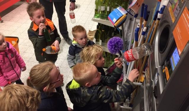 De kinderen geven het goede voorbeeld en doneren aan de speeltuin. Foto: PR