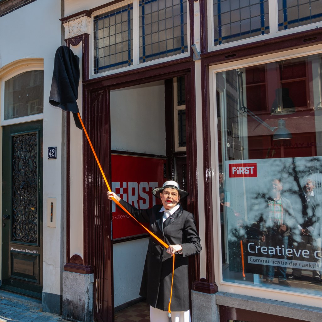 Karina Holla tijdens de onthulling van het nieuwe gedenkteken. Foto: Henk Derksen Foto:  © Achterhoek Nieuws b.v.