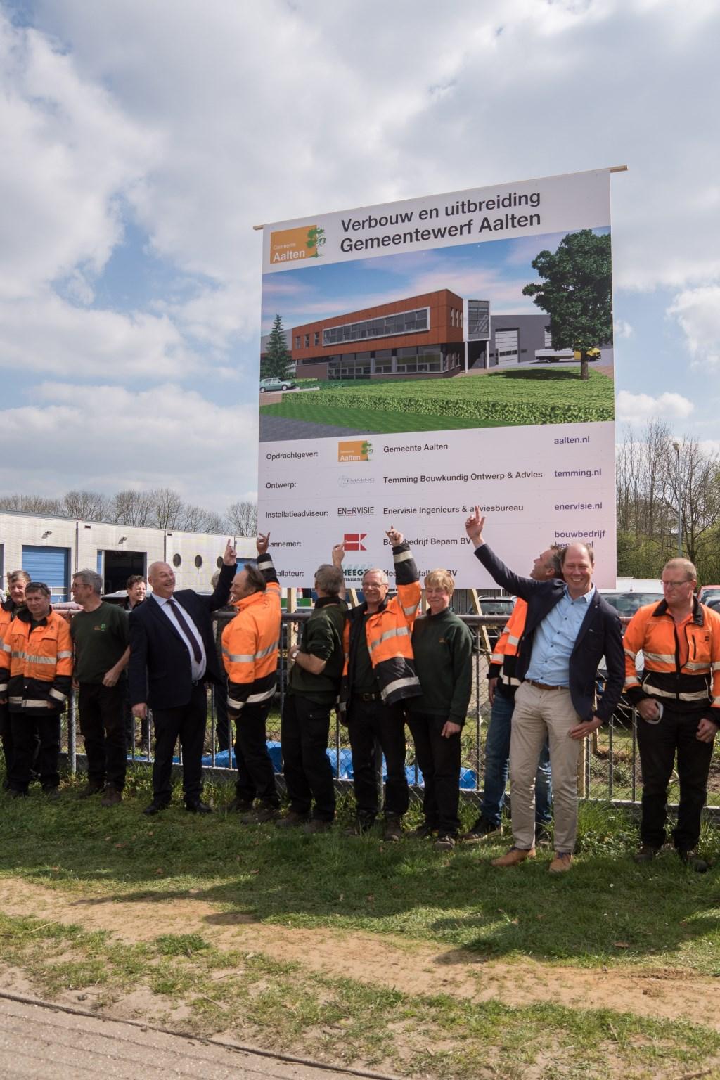 De wethouders Martin Veldhuizen en Ted Kok reageren enthousiast op de start van het project. Foto: Marcel te Brake  © Achterhoek Nieuws b.v.