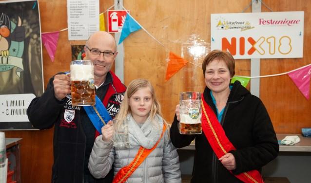 Het nieuwe koningspaar Jan Eggink en Marian Nieuwenhave proosten op hun titel. De nieuwe jeugdprinses van 't Broek werd Noor van der Sluijs. Foto: PR.