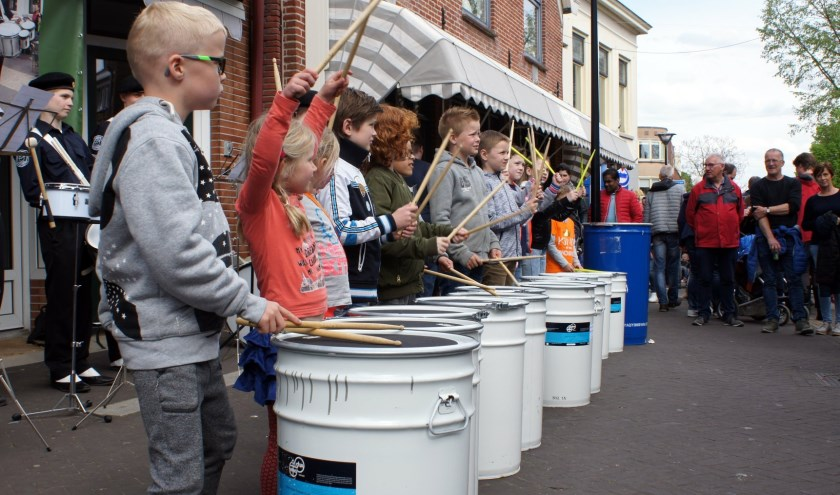 Samen trommelen in de drumworkshop. Foto: PR