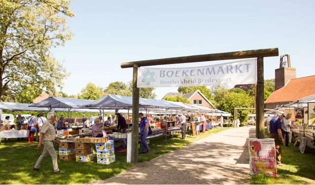 Boekenmarkt bij de Koppelkerk. Foto: Alex en Janneke van der Galiën
