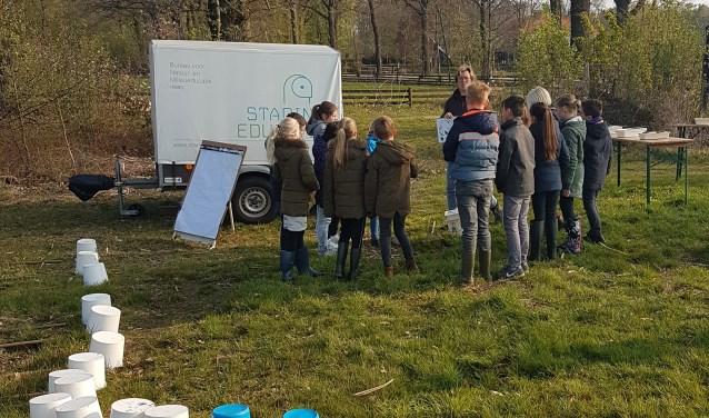 Leerlingen van de Bataaf krijgen uitleg over de dieren in het veen. Foto: D. Nijenhuis