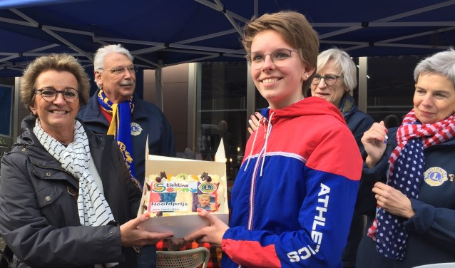 Lions lid Hannie Zweverink overhandigt de feesttaart aan Yvette Bremer uit Steenderen. Foto: Lionsclub Bronckhorst