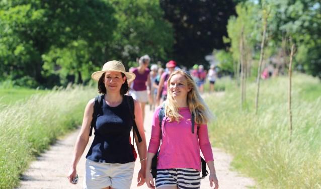 Gezellig wandelen tijdens de Achterhoekse Wandelvierdaagse. Foto: PR