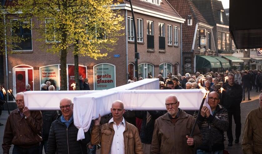 Indrukwekkende fakkeltocht door het centrum van Lichtenvoorde. Foto: Renske Hummelink