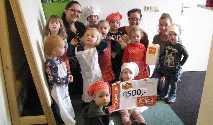 De kinderen van De Bosarck met de begeleiders én de KiKa-cheque. Foto: PR