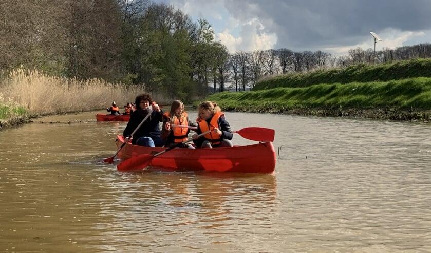 De kinderen hadden snel de slag van het kanoën te pakken. Foto: PR