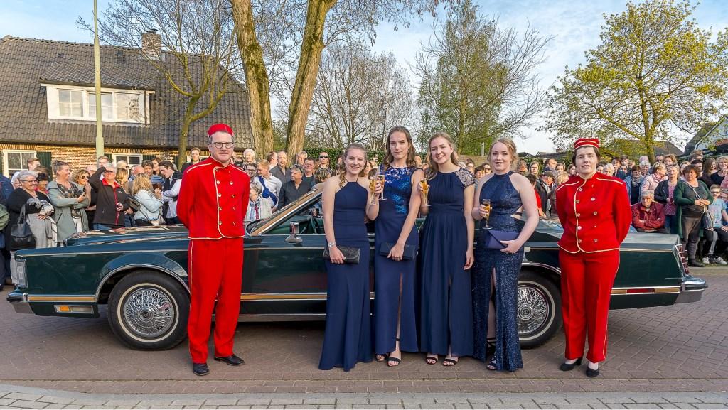 Veel bekijks voor galafeest Almende College Isala in Silvolde. Foto: Henk van Raaij Foto: Henk van Raaij © Achterhoek Nieuws b.v.